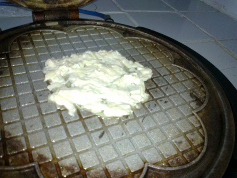 порцию теста наложили на вафельницу