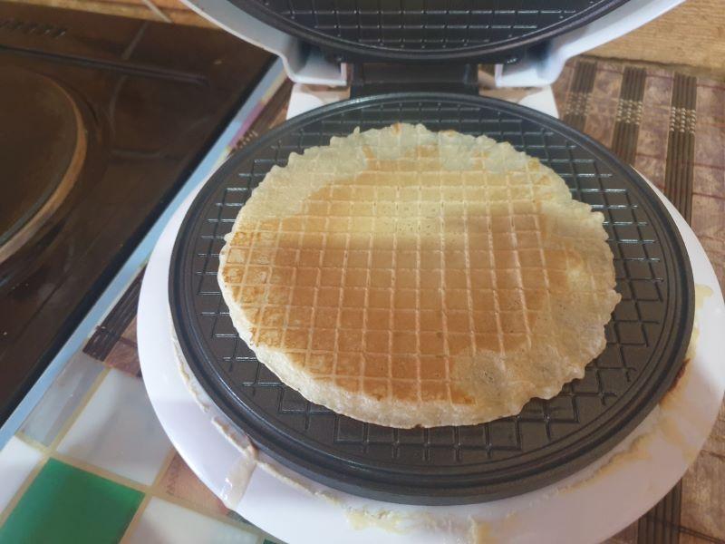 готовая вафля на открытой вафельнице