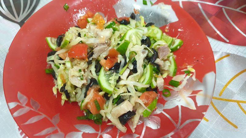 салат с вареным мясом свинины и свежим огурцом