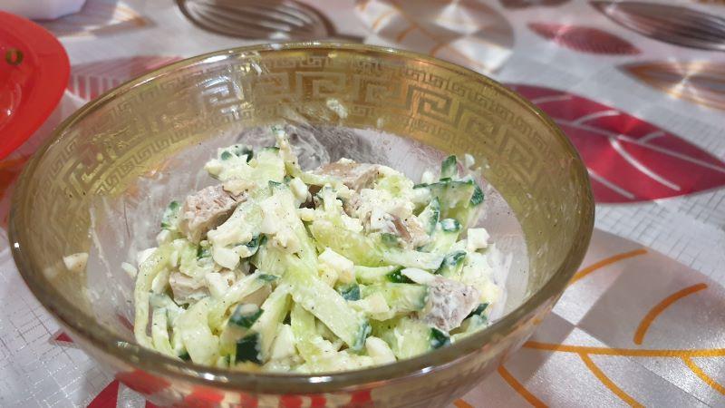 салат с свининой, огурцом и яйцом