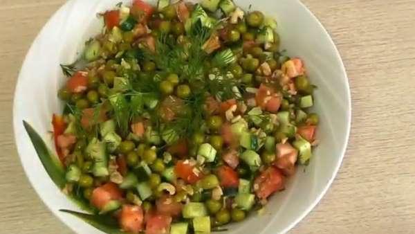 Витаминный летний салат из молодого горошка